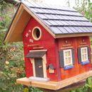 """Vogelnisthaus """" La Rouge """" Das Vogelnisthaus ist aus Kieferholz und mit goldenen Dekorelementen auf einer granatrot Fassade versehen. Auf der Vorderfront des Hauses oberhalb..."""