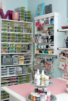 Organiza tus materiales de manualidades de forma creativa y colorida. Imagen de ideas creativas en Facebook.