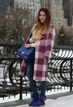 Фиолетовые угги, джинсы, бежевый джемпер, пальто в клетку длиной ниже колена