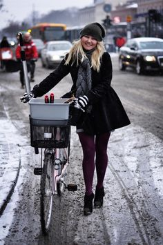 Cycle Chic Guide - Cycling in Winter Urban Cycling, Urban Bike, New Bicycle, Bicycle Girl, Bicycle Women, Bicycle Race, Cycling Wear, Cycling Girls, Cycling Clothes