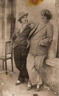Bestekâr Neveser Kökdeş (sağda) bir tiyatro oyununda