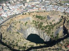 Kimberley Big Hole – South Africa, Apparently the largest ever hand-dug excavation in the world, this 1097 meter deep mine yielded over 3 tons of diamonds before being closed in Paises Da Africa, South Africa, Diamond Mines, Zimbabwe, World's Biggest, Africa Travel, Landscape Photography, Safari, Scenery