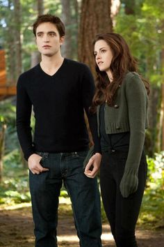 Scans of 'The Twilight Saga – The Complete Film Archive' and cropped Breaking Dawn – Part 2 stills Twilight Edward, Edward Bella, Twilight Film, Twilight Saga Quotes, Bella Cullen, Twilight Saga Series, Twilight Breaking Dawn, Twilight Cast, Breaking Dawn Part 2