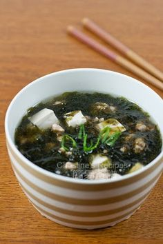 This seaweed, tofu & pork mince soup is very quick to make. It's simple, tasty and nourishing, suitable for serving all year round. Chinese Soup Recipes, Easy Soup Recipes, Pork Recipes, Delicious Recipes, Asian Recipes, Ethnic Recipes, Cannoli, Seaweed Soup Recipe, Korean Seaweed Soup