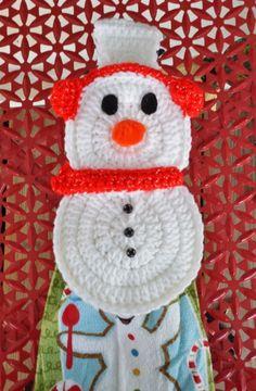 Brr Snowman Towel Holder - free crochet pattern by Aurora Suominen Crochet Towel Holders, Crochet Dish Towels, Crochet Towel Topper, Crochet Dishcloths, Crochet Quilt, Crochet Home, Crochet Gifts, Free Crochet, Crochet Snowman