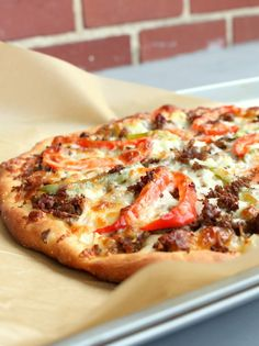 A hearty pizza made with steak, cheese, peppers and onions. Philly cheesestake pizza makes a delicious comfort food. Pizza Recipes, Beef Recipes, Dinner Recipes, Cooking Recipes, Skillet Recipes, Cooking Tools, Cooking Ideas, Food Ideas, Appetizers