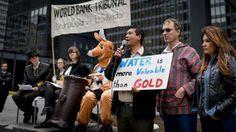 Una minera demandó al país por no otorgarle una concesión para explotar oro. Los salvadoreños dicen que están en juego el agua y la soberanía sobre sus recursos. El Banco Mundial debe decidir.