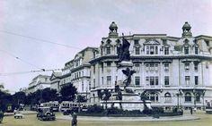 Statuia lui Ion C. Brătianu   Monumentul a fost realizat de sculptorul francez Ernest Henri Dubois, în urma unui concurs internaţional din 1900 şi a fost inaugurat în 18 mai 1903, cu ocazia împlinirii a 12 ani de la moartea lui Ion C. Brătianu, fiind amplasat la intersecţia bulevardelor Colţei (actual I.C. Brătinu) şi Carol I.  În 1948, acesta a fost distrus, ca multe alte monumente simbol din Bucureşti care nu mai corespundeau ideologiei comuniste, fiind topit la fostele uzine Republica…
