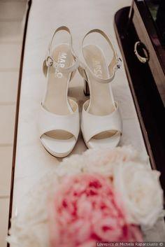 Scarpe da sposa bianche in raso con braccialetto e tacco comodo f00eeb26348