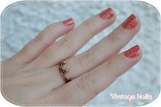 Manicura floral estampada en color dorado y coral // http://vintage-nails.blogspot.com