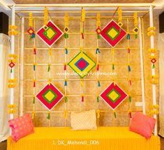 Simple yet elegant decor for a mehendi function. Mehendi Decor by Udaya of branch PC 📷: is a unit of 𝒎𝒆𝒔𝒔𝒂𝒈𝒆 𝒊𝒔 𝒄𝒍𝒆𝒂𝒓! 𝑳𝒆𝒕 𝒏𝒐𝒕 𝒚𝒐𝒖𝒓 𝒄𝒆𝒍𝒆𝒃𝒓𝒂𝒕𝒊𝒐𝒏𝒔 𝒂𝒅𝒅 𝒕𝒐 𝒘𝒐𝒓𝒍𝒅 𝒑𝒍𝒂𝒔? Desi Wedding Decor, Home Wedding Decorations, Ceremony Decorations, Cradle Ceremony, Function Hall, Haldi Ceremony, Flower Rangoli, Simple Baby Shower, Eco Friendly House