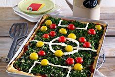Unser beliebtes Rezept für Spielfeld-Pizza und mehr als 55.000 weitere kostenlose Rezepte auf LECKER.de.