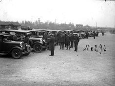 Kuvagalleria: Vapun ajan perinteisiin kuuluu vanhojen autojen kulkue Oulussa. Kalevan vanhat kuvat kertovat ajasta, jolloin nämä autot olivat uusia.
