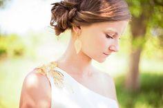 Krasna ukazka toho, ako kreativita dokaze doladit svadobne saty - rozobrany nahrdelnik posluzil ako nausnice a dekoracia siat... / Beautiful example of creativity - wedding dress decoration and earrings made from disassembled necklace... #diy #diywedding #weddingdress #wedding #dress #decoration #earrings  see more at http://vaseano.sk/norulakovci-svadobne-fotografie-prievidza-bojnice/