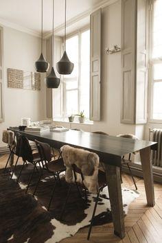 Suspension Tom Dixon, peau de vache, chaise habillé par des peaux, idées décoration à prendre dans cette famille! | The Socialite Family