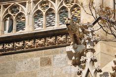 Stephansplatz z Katedrą to dzisiaj centralny punkt Wiednia, serce miasta. Jednak nie było tak zawsze. Jeszcze w średniowieczu, przed rokiem 1200 był to teren poza murami miasta. Austria, Lion Sculpture, Statue, Breakfast, Art, Dots, Morning Coffee, Art Background, Kunst