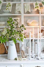 Riktig GOD HELG alle sammen ! Her starter vi helgen med ville,vakreste kvister i hvitt, syriner og epleblomster og en ny kofte i hus !Je...