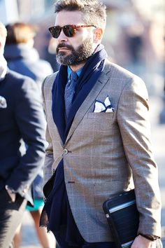 A brown plaid blazer and charcoal jeans are must-have menswear elements to have in the casual part of your wardrobe. Gentleman Mode, Gentleman Style, Checked Blazer, Plaid Blazer, Gq, Classic Men, Look Formal, Mens Fashion Blog, Men's Fashion