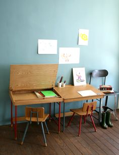 Les bureaux d'écolier voient la vie en bleu