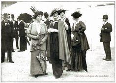 Madrid, 28, 29 y 30 de abril de 1914- En el hipódromo de la Castellana Preciosa composición del fotógrafo Campúa en la que vemos un grupo de bellas madrileñas durante un descanso en las carreras del Hipódromo de la Castellana. Lucen elegantes modelos primaverales y lo más actual en sombreros.