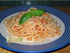Easy, authentic Tomato Spaghetti (Spaghetti al pomodoro) recipe Pasta Pomodoro Recipe, Spaghetti Al Pomodoro, Grubs, Yummy Food, Delicious Recipes, Italian Recipes, Pasta Recipes, Dishes, Cooking