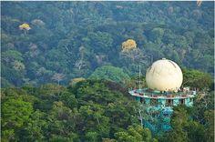 Hotéis - Canopy Tower, Panamá. A 56km ao norte da Cidade do Panamá situa-se o Canopy Tower Hotel, dentro do Parque Nacional Soberania. A título de curiosidade, as acomodações foram construídas pela Força Aérea dos Estados Unidos para apoiar a defesa do Canal do Panamá, com tem 12 quartos construídos sobre as copas das árvores, de onde é possível observar muitas espécies de aves em seu ambiente. Custa US$ 120 a diária.