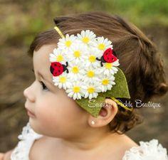Margarita blanca de fieltro diadema de flor con mariquitas rojas - empujando…