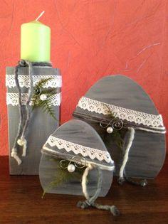 Holzpfosten und Holzeier, angestrichen mit grau gewichter Acrylfarbe und verziert mit Spitze und Bändern