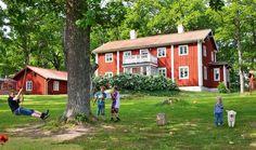 TᎾPPℳᎾDℰℛNT ℋUS ℐ ᎶᎯℳℳᎯℒ ЅTℐℒ: I ekdungen uppe på kullen, med en vidunderlig utsikt över Mälaren, har Rebecka och Peter byggt sitt hus. Utsidan andas dåtid – men innanför fasaden är allt toppmodernt. Rebecka och Peter byggde ett kℓassiskt rött, svenskt hus. Huset är 250 kvm, fördeℓade på två pℓan. På nedervåningen umgås man och här finns det 50 kvm stora köket, med ett 'waℓk-in'-skafferi. På övervåningen ligger fyra sovrum, barnens tv-hörna och ett rymℓigt badrum. Många fönster och dörrar är…