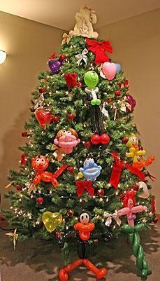 animal balloon christmas tree @Katrina Johnson @Linda Johnson  Micah could do this.  Too cute for the kiddos
