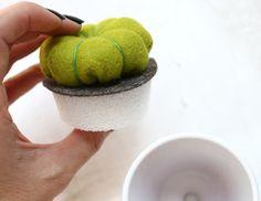 Aprenda a fazer 3 modelos de cactos de feltro com passo a passo e molde.