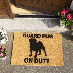 Rohožka z přírodního kokosového vlákna Artsy Doormats Guard Pug, 40 x 60 cm Beware Of Dog, Coir Doormat, Funky Design, Exterior Paint, Pugs, Artsy, Coconut, Doormats, Colouring