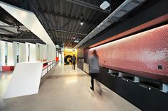 Gensler Adapts Former Gym for Tableau Software Offices Corporate Office Design, Corporate Interiors, Office Interiors, Interior Sliding French Doors, Interior Windows, Commercial Interior Design, Commercial Interiors, Amazing Architecture, Interior Architecture