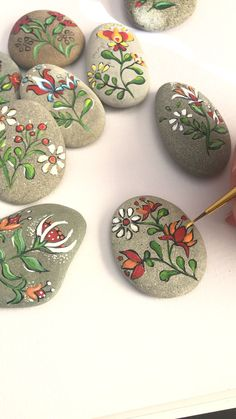 Folk art flowers painted pebbles by Christine Onward Herbstdeko Art Christine fl. - Folk art flowers painted pebbles by Christine Onward Herbstdeko Art Christine flowers Folk Herbstde - Rock Painting Patterns, Rock Painting Ideas Easy, Rock Painting Designs, Paint Designs, Folk Art Flowers, Rock Flowers, Flower Art, Diy Flowers, Pebble Painting