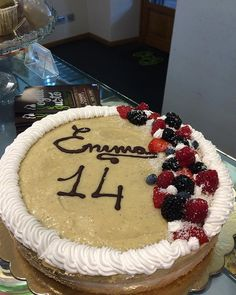 Torta di compleanno per Emma Pan di Spagna #glutenfree con crema pasticciera al cocco frutta e crema pasticciera alla vaniglia  #happybirthday #emma #senzaglutine #vegan #vegancake #cake #birthdaycake #veganfood #govegan #bakery #delicious #chiavari #veg #veganism #bestofvegan #food #love #pastry #veganpastry #vogliaegusto #liguria