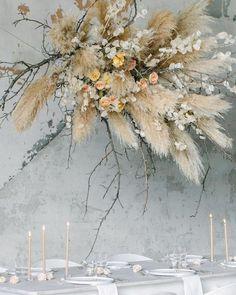 Boho Hochzeit, Blumendekoration mit Pampas Gras in 2020 Design Floral, Deco Floral, Arte Floral, Floral Wedding, Wedding Bouquets, Wedding Flowers, Green Wedding, Wedding Shoes, Purple Bouquets