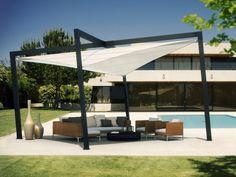 Sonnenschutz für die Terrasse neben dem Pool