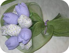 Tulipani: come farli con diversi materiali. Burlap Flowers, Paper Flowers Diy, Flower Crafts, Fabric Flowers, Flower Art, Diy And Crafts, Arts And Crafts, Sewing Projects, Projects To Try