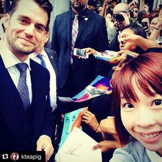 Adorable fan photo with@Henry Cavill and  @kteapig in Toronto at the #ManFromUNCLE pteniere. ・・・ Too #happy #icandiehappy #henrycavill #themanfromuncle #6ix #toronto #selfie #asian #fangirl