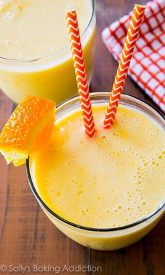 This creamy, healthy 5 ingredient smoothie tastes like an orange julius and a creamsicle pop combined! sallysbakingaddiction.com