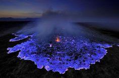 Photographié par Olivier Grunewald, on a l'impression que le volcan Kawah Ijen, sur l'île de Java, crache de la lave bleue. Ce n'est pas le cas. Ce sont des flammes, créées par la combustion du soufre. Mais la photo est bluffante !