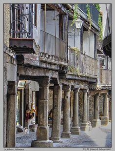 Calle porticada en La Alberca. Salamanca. España./Colonnaded street in La…