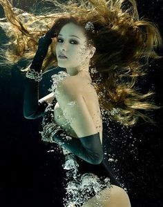 This type of photography is taken under the water. Many photographers are become famous while they take underwater photography. Underwater Model, Underwater Art, Underwater Photography, Underwater Photoshoot, Underwater Images, Creative Photography, Art Photography, Fashion Photography, Street Photography