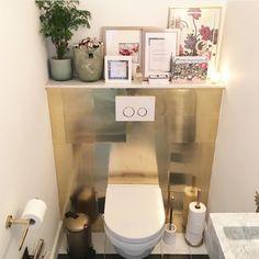 Messing plaatjes op een mdf plaat als achterwand van het toilet, gouden toilet. Valerie Brems, mirror-of-fashion.com