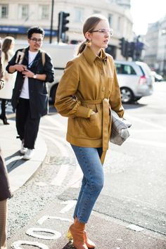Le chignon loose aperçu en street style à la Fashion Week automne-hiver 2017 2018 de Londres