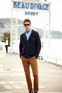 This combination of a navy knit blazer and tobacco chinos is a safe option when you need to look seriously stylish but have no extra time to put together a look. For a more elegant twist, why not add a pair of black leather loafers to the equation? Casual Chique, Style Casual, Men Casual, Outfit Jeans, Sharp Dressed Man, Well Dressed, Striped Long Sleeve Shirt, Long Sleeve Shirts, Style Outfits