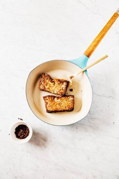 This banana bread french toast recipe might be the most decadent brunch recipe you've tried yet! Savory Breakfast, Sweet Breakfast, Breakfast Recipes, Dessert Recipes, Desserts, Banana Bread French Toast, Banana Bread Muffins, Waffle Recipes, How Sweet Eats