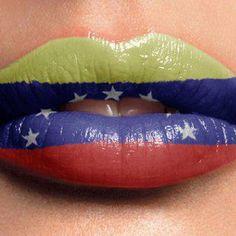 Bandera de Venezuela pintada en los labios - foto