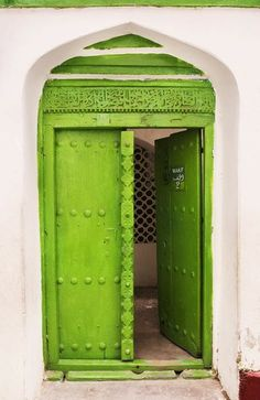 what an Awesome entrance...makes such a statement....not so sure about the colour choice but still like it {Lime Green Doorway in Morocco}