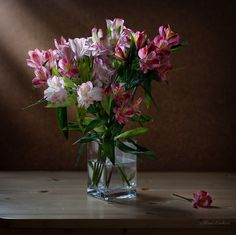 Alstroemerias en jarrón de cristal. Fotografía Elinka. Decora tu hogar con alstroemerias. #decoración #flores